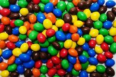 Fundo dos doces coloridos dispersados na tabela imagens de stock
