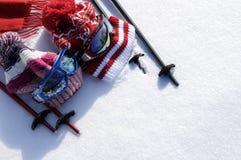 Fundo dos esportes de inverno do esqui e da neve com equipamento do esqui e espaço da cópia Fotos de Stock Royalty Free