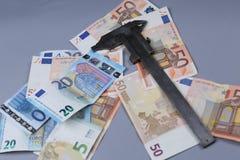 Fundo dos Euros e um compasso de calibre Imagens de Stock Royalty Free
