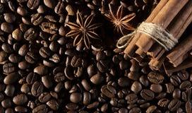 Fundo dos feijões de café com especiarias diferentes: estrelas do anis e varas de canela Conceito do Natal fotografia de stock