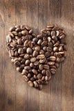Fundo dos feijões de café do coração do amor imagens de stock royalty free