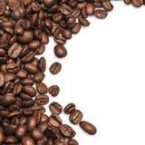 Fundo dos feijões de café isolado no fundo branco Imagem de Stock