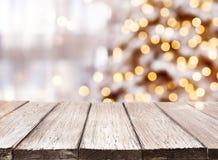 Fundo dos feriados com o tabletop de madeira dos pontos claros, do bokeh e do vintage imagem de stock