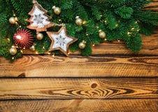 Fundo dos feriados do Natal com luz das árvores de Natal e vela vermelha Imagens de Stock