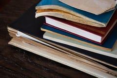 Fundo dos livros velhos Livros com tampas coloridas fotos de stock