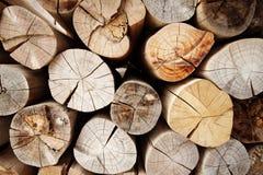 Fundo dos logs de madeira desbastados secos empilhados acima em uma pilha Foto de Stock
