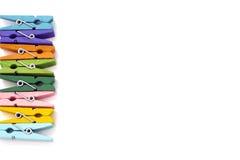 Fundo dos multi pregadores de roupa de linho coloridos isolados Fotografia de Stock Royalty Free