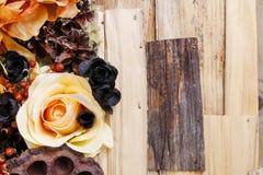 Fundo dos pêsames, flores artificiais e plantas do outono Fotografia de Stock