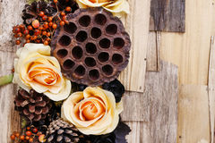 Fundo dos pêsames, flores artificiais e plantas do outono Fotos de Stock Royalty Free