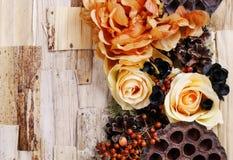 Fundo dos pêsames, flores artificiais e plantas do outono Fotografia de Stock Royalty Free
