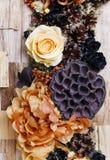 Fundo dos pêsames, flores artificiais e plantas do outono Imagem de Stock Royalty Free