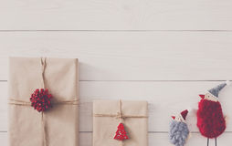 Fundo dos presentes de Natal na madeira branca Fotografia de Stock