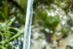 Fundo dos seixos vistos através da água rippling Fotografia de Stock