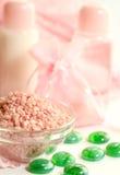 Fundo dos termas, sais de banho cor-de-rosa Foto de Stock