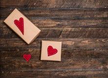 Fundo dos Valentim com caixa de presente e corações feitos a mão de feltro sobre Fotos de Stock Royalty Free