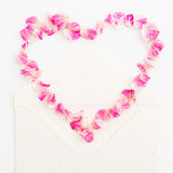 Fundo dos Valentim Símbolo do coração Pétalas das rosas e dos cartões de papel do vintage no fundo branco Configuração lisa, vist Imagens de Stock Royalty Free