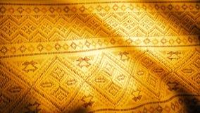 Fundo dourado da tela com teste padrão do leste Fundo indiano oriental de pano com teste padrão floral dourado foto de stock royalty free