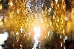 Fundo dourado de brilho da textura do vidro de mosaico fotografia de stock royalty free