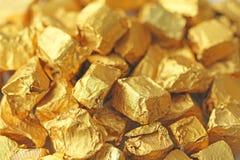Fundo dourado Lingotes ou pepitas do ouro puro Folha de ouro te Fotografia de Stock