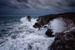 Fundo dramático da natureza - ondas grandes e rocha escura no mar tormentoso, clima de tempestade Cena dramática imagens de stock royalty free