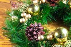 Fundo e decorações do Natal na madeira Imagem de Stock