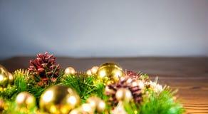 Fundo e decorações do Natal na madeira Foto de Stock