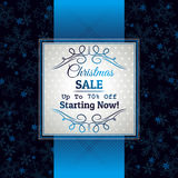 Fundo e etiqueta azuis do Natal com offe da venda Fotografia de Stock Royalty Free