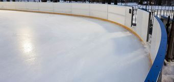 Fundo e textura da superfície do assoalho da pista de gelo no tempo de inverno foto de stock