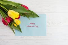 Fundo e tulipas brancos As felicitações do conceito no occa Fotografia de Stock