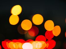Fundo escuro com os dons coloridos do lense Bolas de Bokeh Configuração lisa imagens de stock