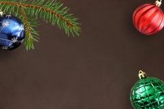 Fundo escuro com ramo do abeto do Natal, azul, a bola com nervuras e vermelha verde Foto de Stock Royalty Free