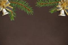 Fundo escuro com ramos do abeto vermelho e do Natal decorativos Foto de Stock Royalty Free
