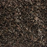 Fundo escuro do chá da folha solta, detalhe dourado preto do close up do teste padrão da textura da mistura das folhas, grande pa imagens de stock royalty free
