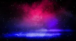 Fundo escuro do néon da rua, da névoa grossa, do projetor, o azul e o vermelho fotografia de stock royalty free