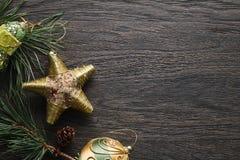 Fundo escuro do Natal com decorações douradas fotografia de stock