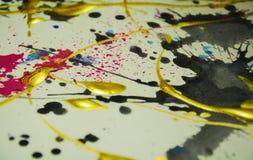 Fundo escuro do ouro colorido da pintura, cursos da escova, fundo hipnótico orgânico Fotos de Stock Royalty Free