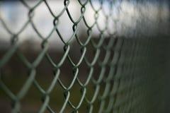 Fundo escuro verde do close up da cerca da malha Fotografia de Stock