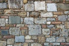 Fundo esquadrado da alvenaria de pedra com as pedras brancas, vermelhas, cinzentas e pretas fotos de stock royalty free