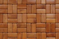 Fundo A esteira é feita de blocos de madeira de bambu retangulares, lixados e envernizados fotografia de stock