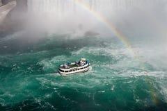"""Fundo fantástico com versão 2 o navio, o arco-íris e do †de Niagara Falls """" foto de stock royalty free"""