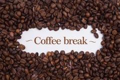 Fundo feito de feijões de café com ` da ruptura de café do ` da mensagem Fotos de Stock