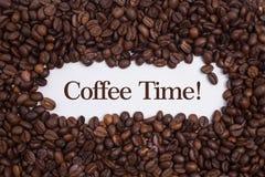 Fundo feito de feijões de café com tempo do café do ` da mensagem! ` Imagem de Stock Royalty Free