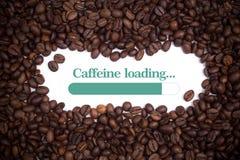Fundo feito de feijões de café com uma carga da cafeína do ` da barra e da mensagem de carga ` Fotografia de Stock Royalty Free