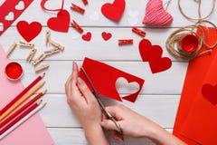 Fundo feito a mão do álbum de recortes do dia de são valentim, cartão dos corações do cortado e colado Imagens de Stock