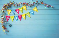 Fundo feliz da festa de anos com texto e as ferramentas coloridas Fotos de Stock Royalty Free