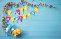 Fundo feliz da festa de anos com texto e as ferramentas coloridas Fotografia de Stock