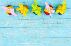 Fundo feliz da Páscoa com a decoração coloful dos ovos da páscoa na luz - tabela de madeira azul, vista superior Imagens de Stock Royalty Free