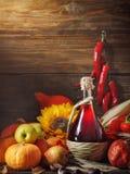 Fundo feliz do dia da ação de graças, tabela de madeira, decorados com vegetais, frutos e folhas de outono Fundo do outono Imagens de Stock