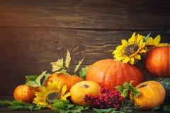 Fundo feliz do dia da ação de graças, tabela de madeira, decorados com vegetais, frutos e folhas de outono Fundo do outono Foto de Stock