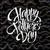 Fundo feliz do dia de pais com rotulação do cumprimento e teste padrão do bigode Ilustração do vetor Fotografia de Stock Royalty Free